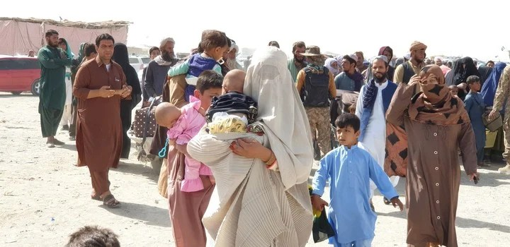 Families flee Afghanistan on the border with Pakistan.  Photo: EFE