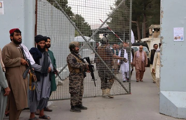 Taliban guard the entrance to the Kabul airport.  Photo: EFE