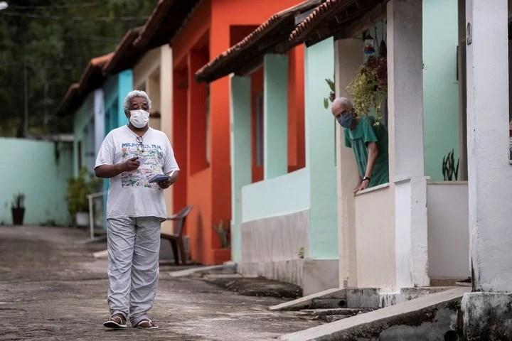 The elderly wait to receive a booster of the coronavirus vaccine, in a neighborhood of Rio de Janeiro, Brazil.  Photo: AP