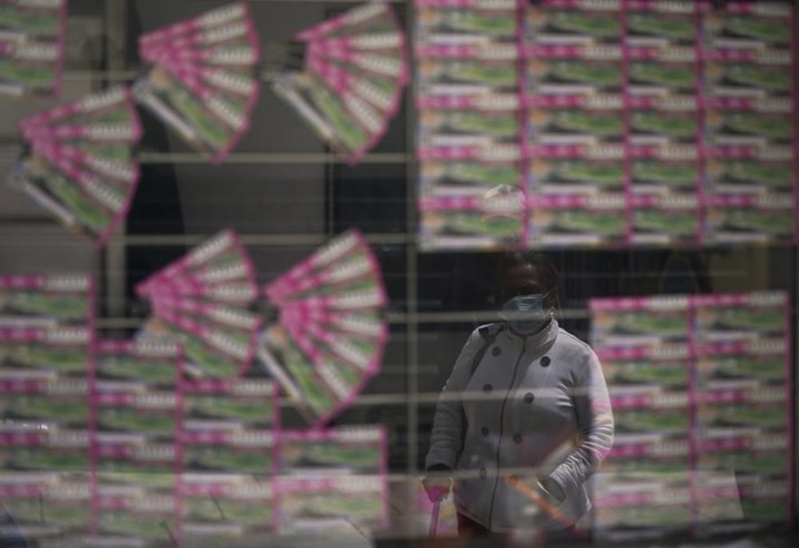 A customer looks at a window of lottery tickets for sale in Mexico City, Monday, Sept. 13, 2021. Photo: AP