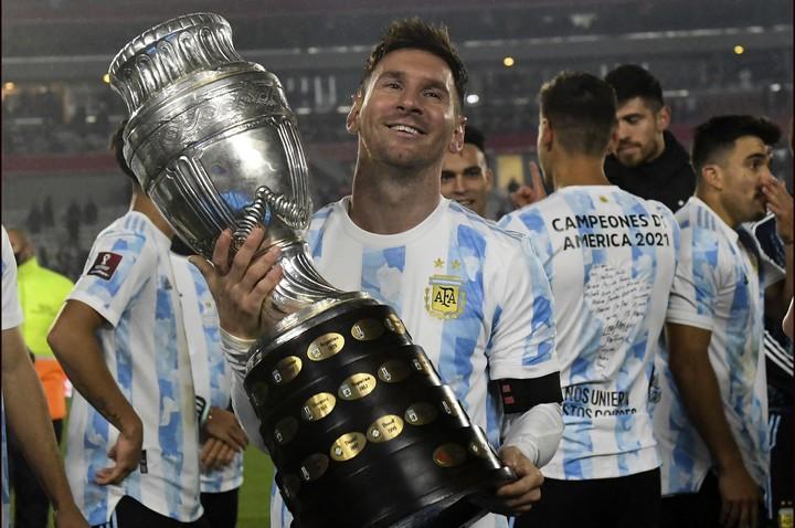 El mejor homenaje al Diez: Leo, su sucesor, levantando al Copa América.  Foto: TELAM