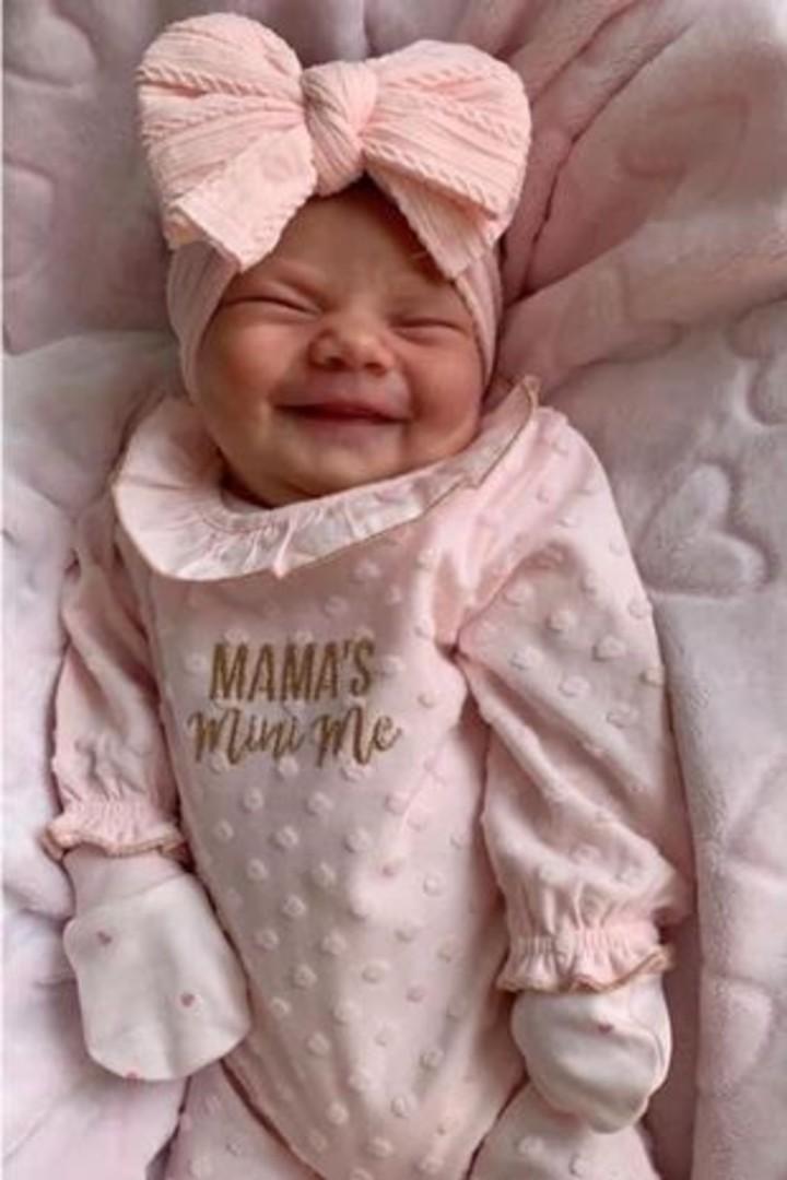 La bebé hermosa bebé Isla-May vive con toda su familia en Hull, Reino Unido.