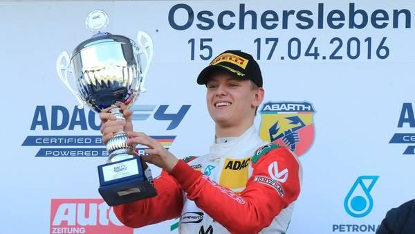 Mick Schumacher, el joven de 17 años que es hijo del siete veces campeón de la Fórmula 1, no pudo con el argentino Siebert en la F4 italiana.