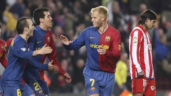 El islandés Gudjohnsen, junto a Busquets e Iniesta en su paso por Barcelona. (EFE)
