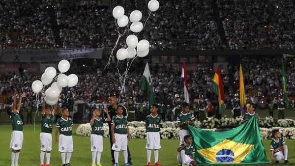 Imagen de la tristeza. Flores, velas y globos fueron el símbolo de la solidaridad del pueblo colombiano con las víctimas de la tragedia aérea. (EFE)