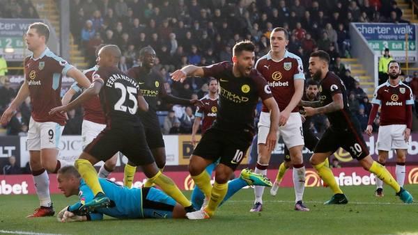 Sergio Agüero celebra su primer gol en el partido entre Manchester City y Burnley. (Reuters / Carl Recine)