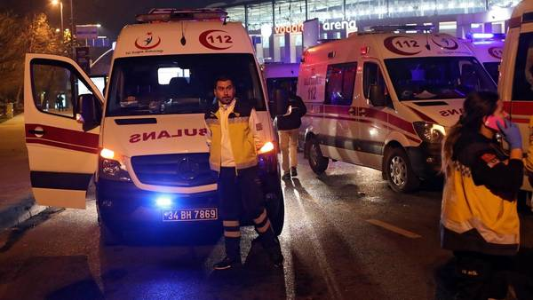 Las ambulancias en la puerta del Vodafone Arena, donde acababa de terminar Besiktas ante Bursaspor. (EFE)