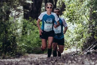 Elisa Cobanea corre en el hermoso bosque de Villa La Angostura, durante el K15. Foto: Prensa Patagonia Eventos