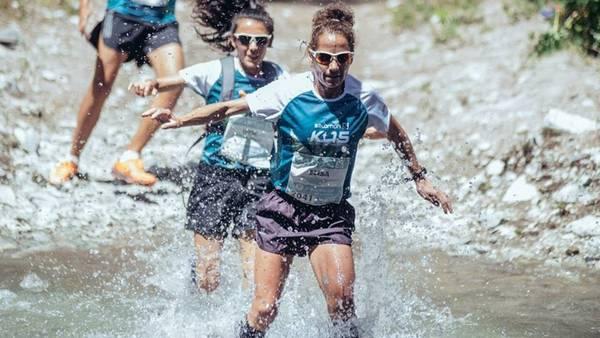 Elisa Cobanea cruza un arroyo durante el K15 de Villa La Angostura, donde terminó segunda. Foto: Prensa Patagonia Eventos
