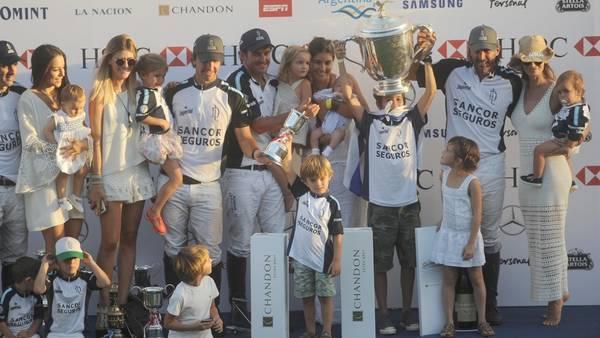 El festejo de los jugadores de La Dolfina, con la Copa en alto.