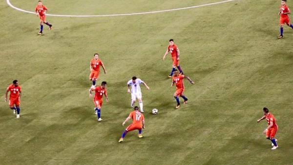 La imagen que se volvió viral: Messi contra todo Chile. (Twitter)