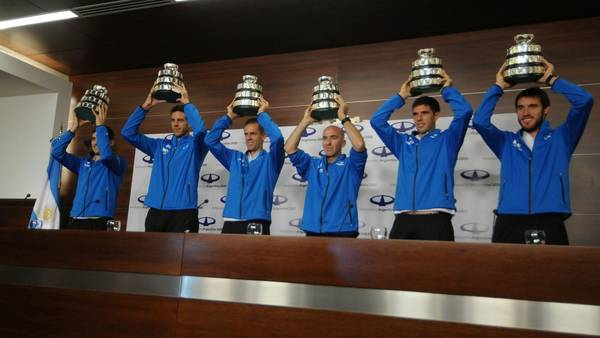 Los jugadores levantan su trofeo en el aeropuerto de Ezeiza. (DyN)