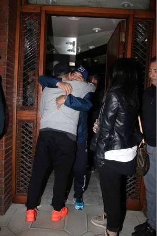 Lo que parecía imposible, pasó. A través de Rocío Oliva, Diego Maradona invitó a Diego Jr. a su casa de Nordelta. Por la noche llegó la hora de la foto más esperada en Devoto. (Foto: MovilPress)