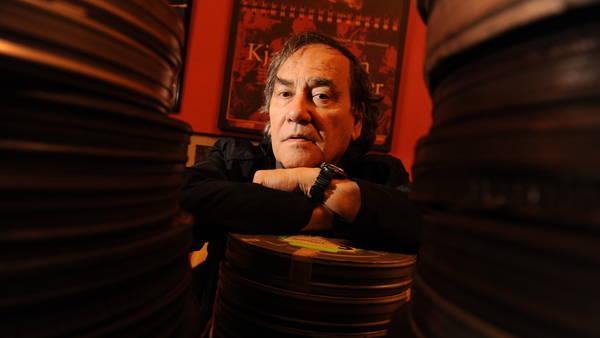 Cinéfilo. En su oficina, Subiela tiene latas de películas y viejos posters. Foto: Martín Bonetto