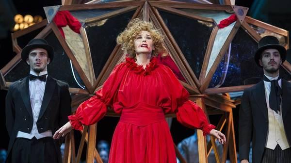 Beatrix. El rol protagónico es interpretado magníficamente por Mónica Ferracani. (Foto: Teatro Colon)