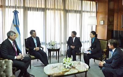 Mauricio Macri con Ren Xianjin, de Chemchina; Ricardo Buryaile; y Horacio Reyser.