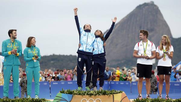 Santiago Lange y Cecilia Carranza celebran la medalla de oro en los Juegos Olímpicos de Río. (Maxi Failla)