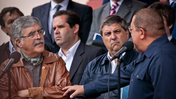 El presidente venezolano, Hugo Chávez , recibe al ministro argentino de Planificación, Julio de Vido en el 2012  en el palacio de Miraflores en Caracas. Junto a Olasagasti y Carlos Cheppi.