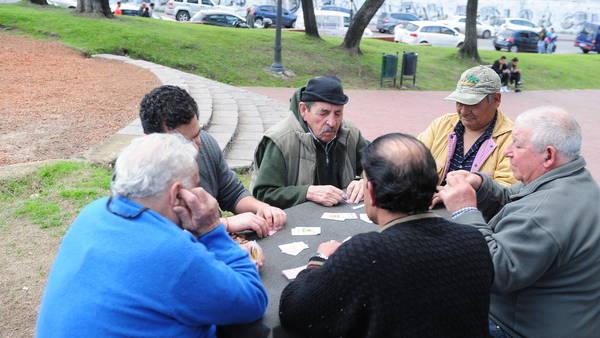 Jubilados en Parque Lezama, Buenos Aires, esta semana. Foto: Jorge Sánchez.