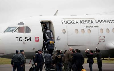 Ibar Pérez Corradi sube al avión para ser extraditado. . EFE/Andrés Cristaldo Benitez