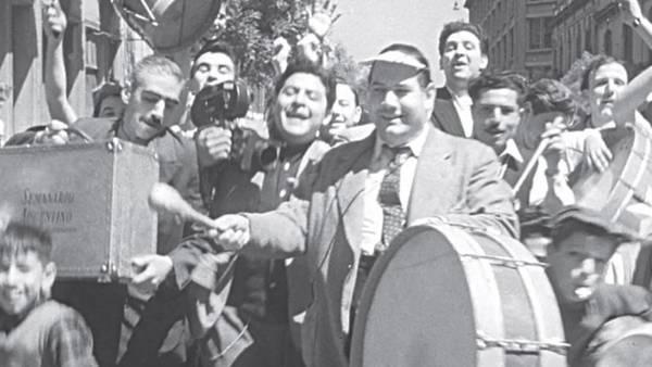 Camino a la cancha de Boca con los bombos, tambores y zambombas de la murga «El Pirata y sus chicos» | Semanario Argentino, 1954, AGN T204 b (Referencia; Alex Galarza)