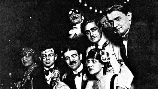 París, 1920. De izquierda a derecha: Auric, Francis Picabia, Ribemont-Dessaignes, G. Everling, Casella y Tzara (de pie). Dadaístas en estado puro.