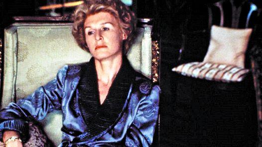 "Glenn Close como Sunny von Bülow, intoxicada por drogas en la película ""Reversal of Fortune""."