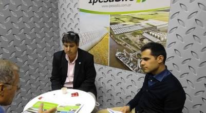 Alberto Mendiondo (izq.), referente de Ipesa, contó que las bolsas que fabrican ya se venden en más de 30 países.