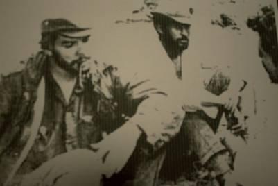 El Che junto a Pombo, presumiblemente en África. Orlando creyó recordar que quien se recorta sobre la derecha de la foto era él | Fernando Escobar Llanos