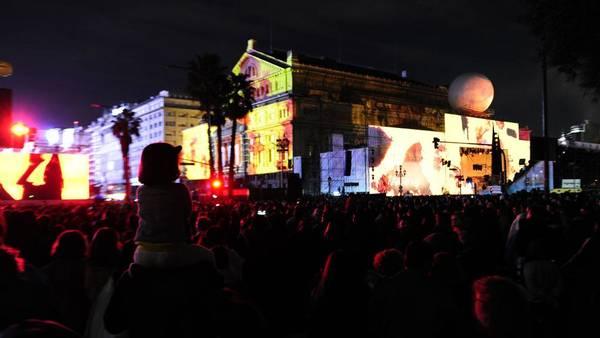 Colores. Cubiertas las gradas frente al escenario de la Plaza Vaticano, la gente colmó la 9 de Julio alrededor del Colón. Luces y sonidos para repasar 200 años de historia.Foto: Juano Tesone