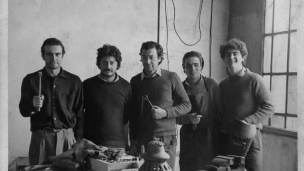 """De izqquierda a derecha, Tomás Fresnada, Aníbal Nasiff, el """"Pacha"""" Tobalina y dos ayudantes en la herrería (Archivo familiar - RHM)"""