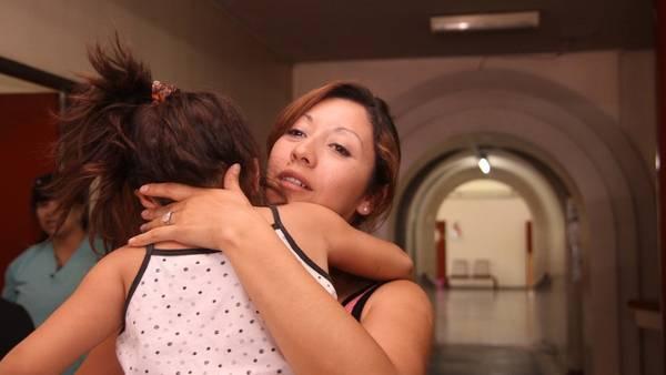 Indignación. Emilce, con su hija de 5 años, que sufre un retraso madurativo e hipoacusia. Denuncia que fue víctima de los abusos. FOTOREPORTER