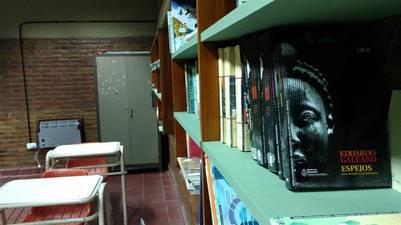 Por el plurigrado, en la biblioteca hay libros para todas las edades (Escuela 138 de Mascasín) / Juan Brodersen
