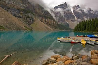Aguas transparentes y montañas fascinantes en el lago Moraine, Canadá (Getty Images).