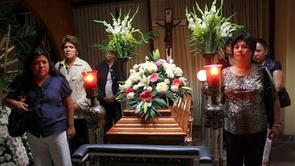 Velorio. Un momento de la despedida a la periodista de investigación Regina Martínez, apareció asesinada. AP