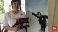 Rosalia Sciortino memamerkan buku karya mendiang suaminya, O'ong Maryono berjudul Pencak Silat fot Future Generations (CNN Indonesia).