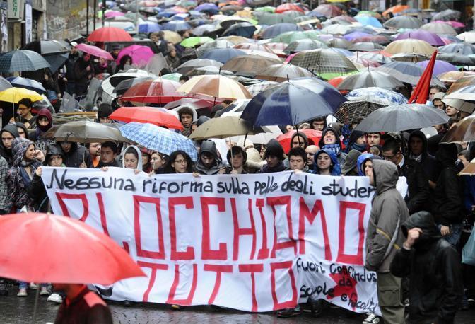 manifestazione studenti a napoli contro legge gelmini