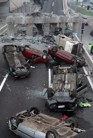 Crolli, devastazione e morte a Concepcion, la città distante appena cento chilometri dall'epicentro  del violento sisma di magnitudo 8,8 che ha colpito il Cile. Centinaia di persone sarebbero ancora sotto le macerie (Ap)