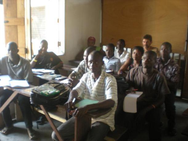 """La scuola fondata da padre Arcadio Sicher, missionario trentino, nella baraccopoli di Accra (Ghana) chiamata """"Sodoma e Gomorra"""": i ragazzi durante una lezione (foto di Vasco Veloso)"""