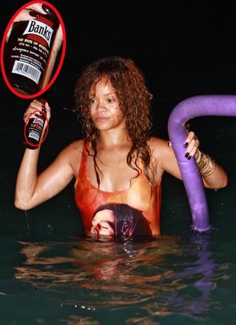 Bagno di mezzanotte per Rihanna in vacanza con gli amici a Barbados (Splash News)
