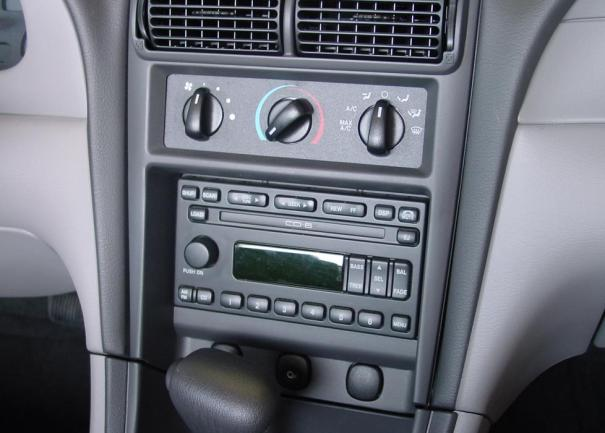 Ford Mustang Mach 460 radio