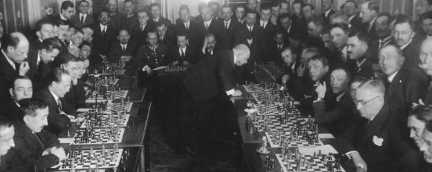 Давид Пшепюрка во время игры с 27 шахматистами, 1927 год. Источник: Национальный цифровой архив Польши