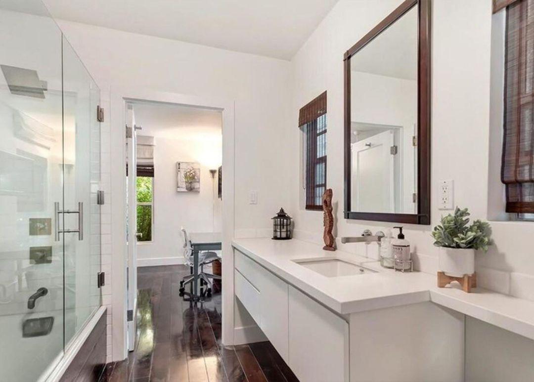 seth rogen home bathroom (1)