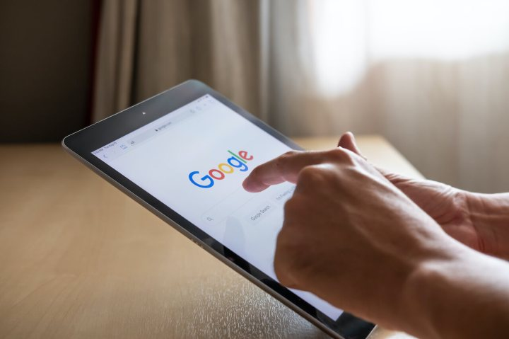 Un niño haciendo una búsqueda en Google