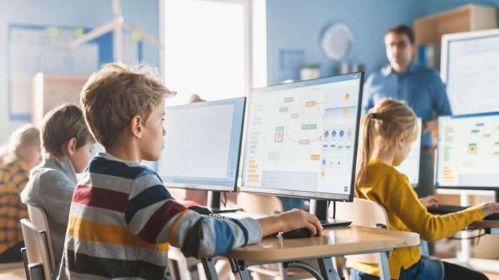 niños codificando en una clase de computación.