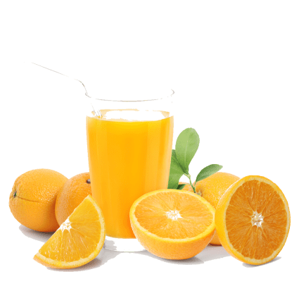 Orangensaft in einem Glas mit Orangen herum