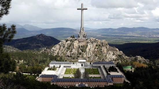los-franquistas-se-despiden-de-su-valle-es-un-ultimo-adios-antes-de-la-exhumacion.jpg