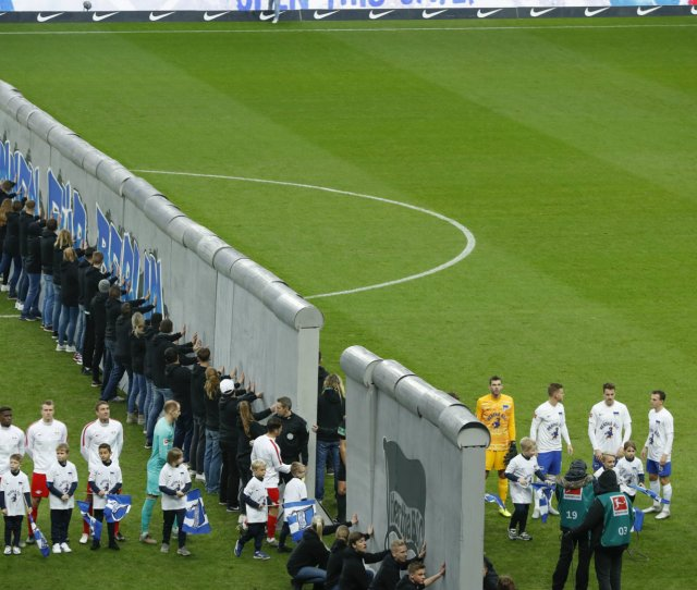 Hertha Commemorate Fall Of Berlin Wall With Incredible On Pitch