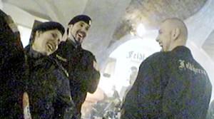 Die Polizei pflegte einen teilweise kumpelhaften Umgang mit den Neonazis, hier bei einem Rechtsrock-Konzert 2006 in Mitterding (Oberösterreich). Nachdem die Polizei den Saal verlassen hatte, nahm ein Konzert seinen Lauf.