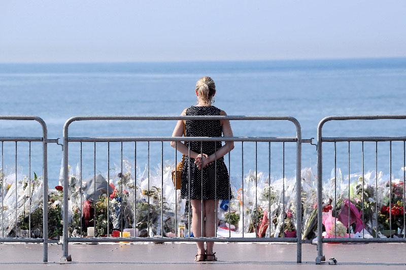 foto: apa/afp/valery hache Auf der Strandpromenade in Nizza wurden Blumen für die Opfer abgelegt.
